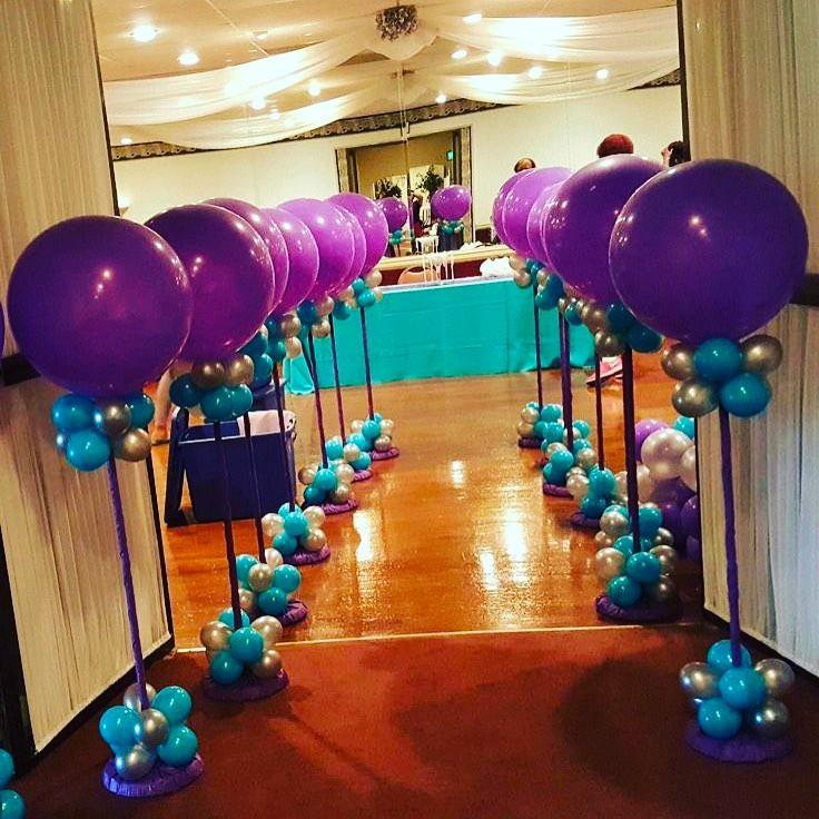 Вход в зал украшен шариками