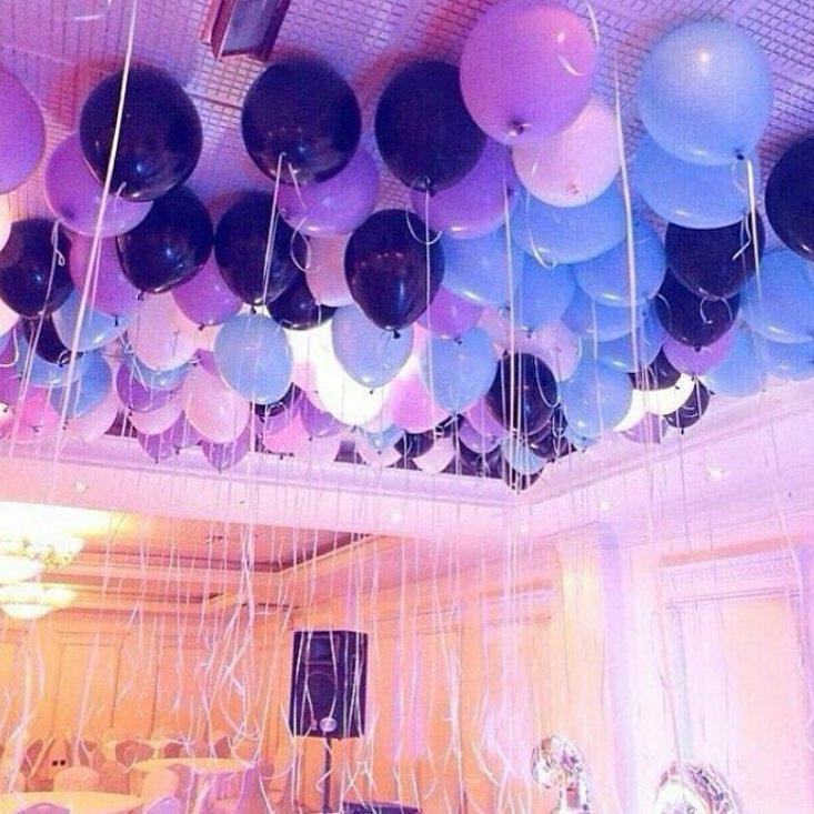 Много воздушных шаров в зале на потолке