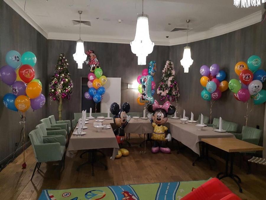 Зал оформлен шарами в тематике Микки Маус на детский юбилей