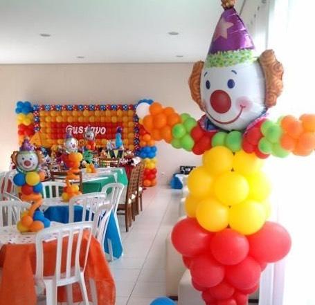 Веселая разноцветная фигура клоуна из воздушных шаров на детский юбилей