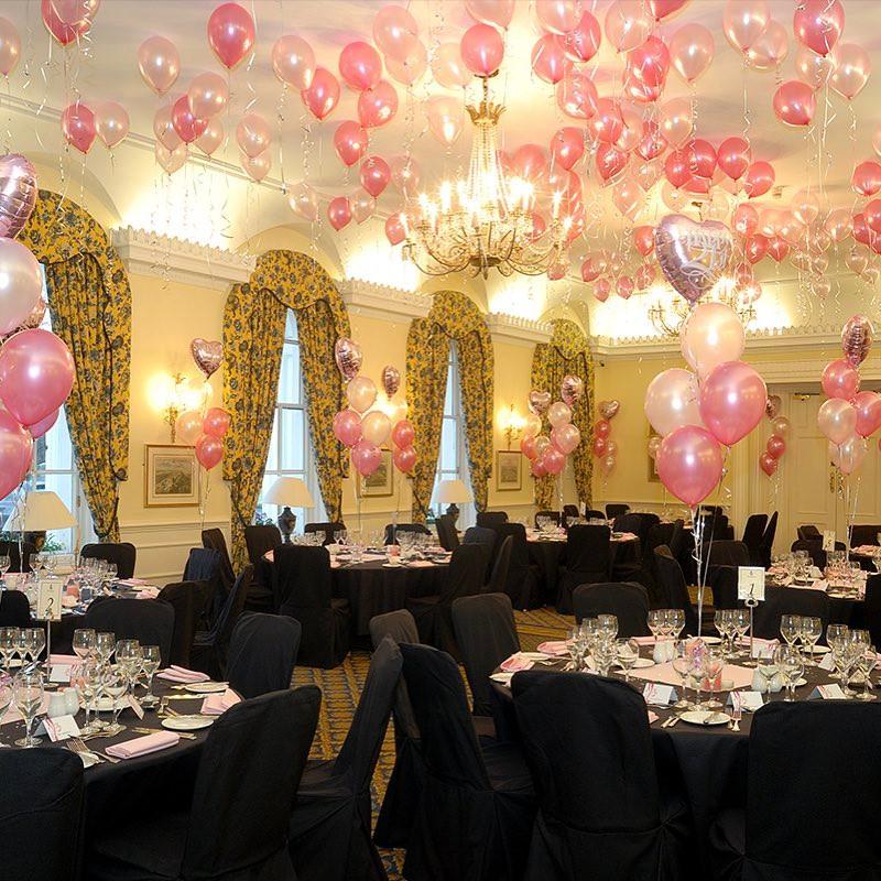 Украшение ресторана шарами в розовых тонах