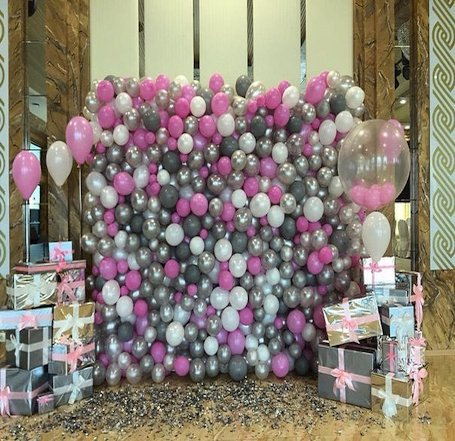Декор стены в розово-серых тонах