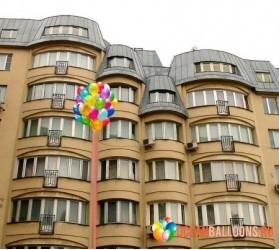 «Воздушные шары под окном» композиция из 50 воздушных шариков