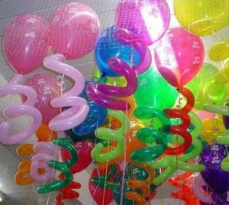 Композиция из 20 воздушных шаров под потолок