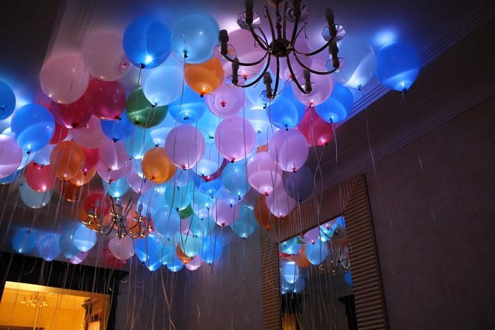 Оформление комнаты светящимися шарами под потолок