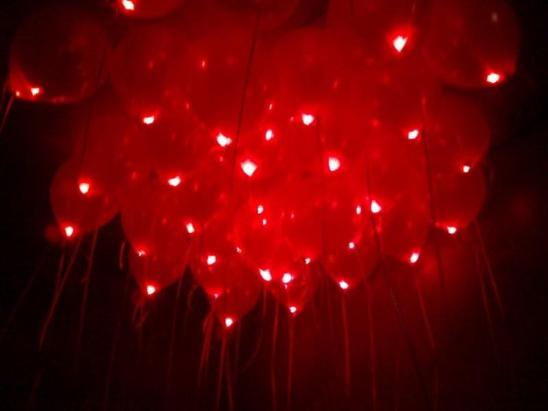 Красные светящиеся шары на 14 февраля