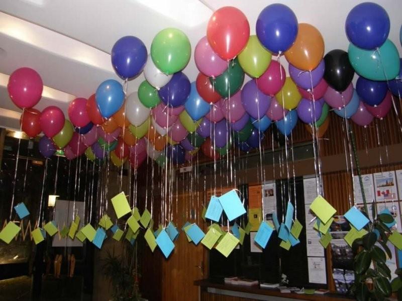 Украшение офиса разноцветными шарами под потолок