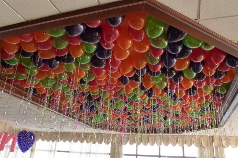 Украшение кафе шарами металлик под потолок