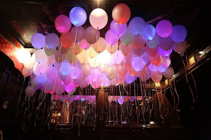 Украшение зала светящимися шарами под потолок