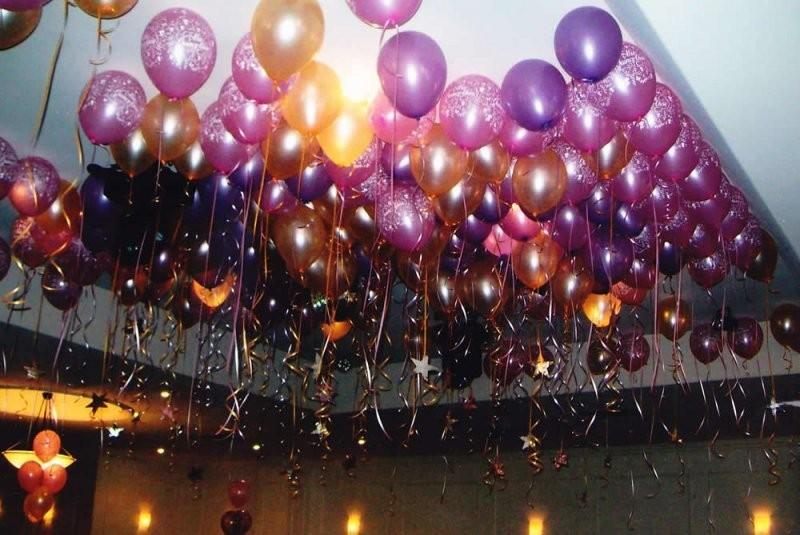 Новогоднее украшение шарами под потолок
