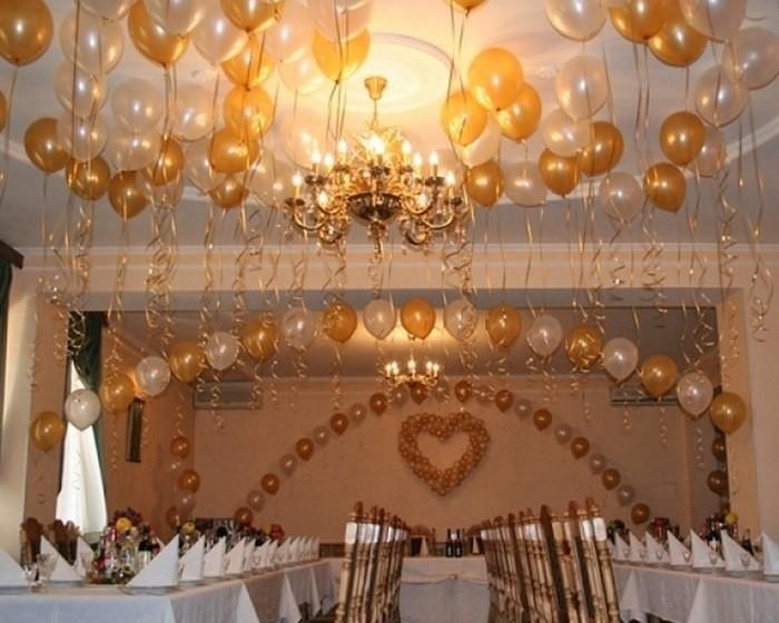 Свадебное украшение шарами под потолок