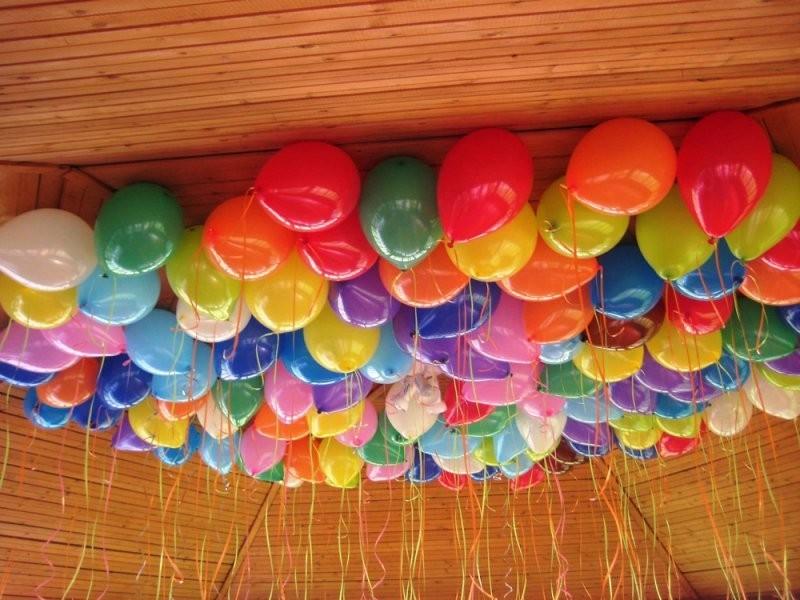 Украшение дома разноцветными шарами под потолок