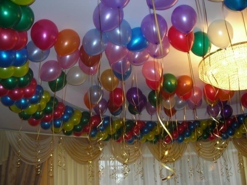 Украшение зала перламутровыми шарами под потолок