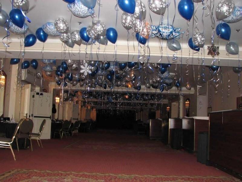 Новогоднее украшение фольгированными шарами под потолок