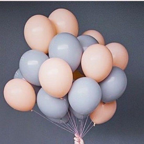 Облако из 25 воздушных шариков серого и персикового цветов