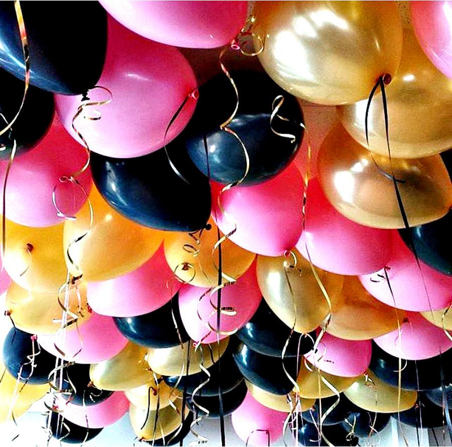 Шарики под потолок, ярко розовый, черный и золотой.