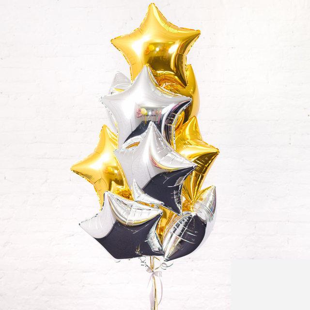 Композиция из серебренных и золотых фольгированных звезд