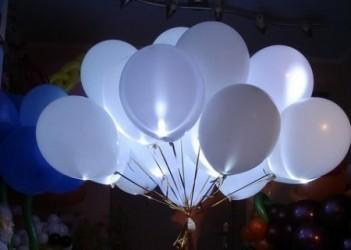 Белоснежные воздушные шарики со светодиодами